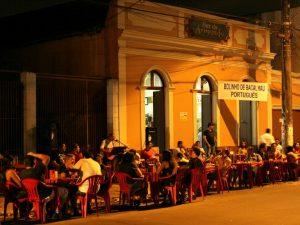 El bar do Armando es un lugar muy visitado por la noche y se ubica cerca al Teatro Amazonas