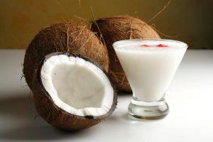 El batido de coco es una bebida tradicional en Brasil.